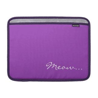 Guarde la calma y el maullido en púrpura fundas para macbook air