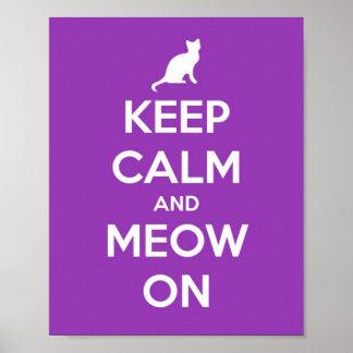 Guarde la calma y el maullido en púrpura posters