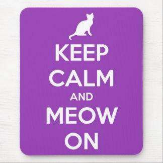 Guarde la calma y el maullido en púrpura tapetes de ratón