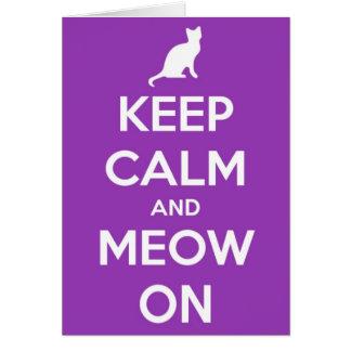 Guarde la calma y el maullido en púrpura tarjeta de felicitación