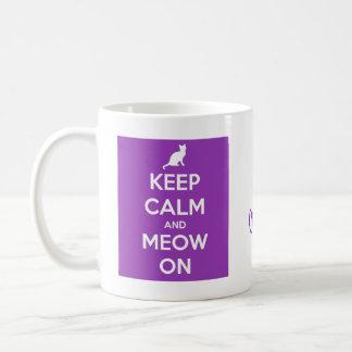 Guarde la calma y el maullido en púrpura taza clásica