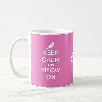 Guarde la calma y el maullido en rosa tazas de café