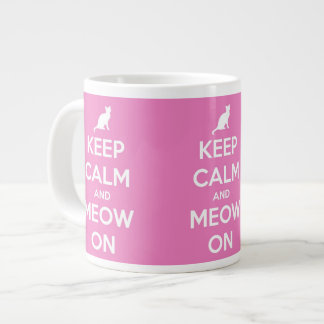 Guarde la calma y el maullido en rosa taza de café grande