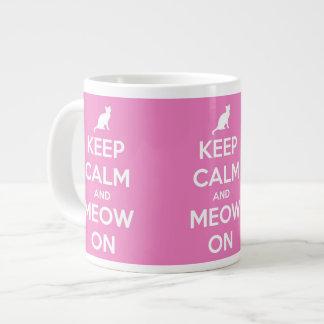 Guarde la calma y el maullido en rosa taza grande
