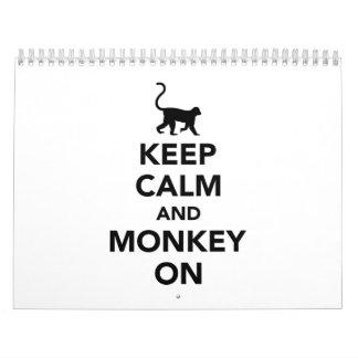 Guarde la calma y el mono encendido calendario de pared