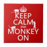 Guarde la calma y el mono encendido - todos los co azulejo