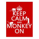 Guarde la calma y el mono encendido - todos los co tarjetas postales