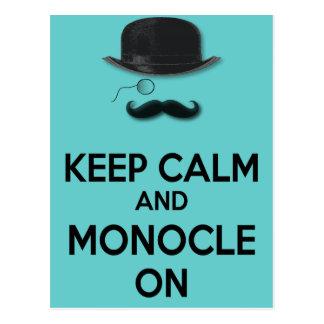 Guarde la calma y el monóculo en el gorra negro de postales