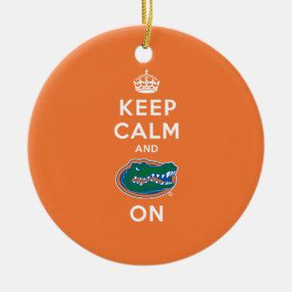 Guarde la calma y el naranja del cocodrilo adorno navideño redondo de cerámica