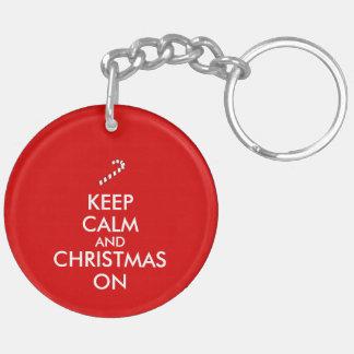 Guarde la calma y el navidad en personalizable del llavero redondo acrílico a doble cara