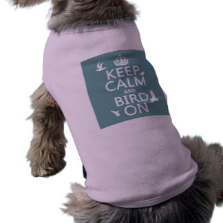 Guarde la calma y el pájaro en cualquier color de camiseta de perrito