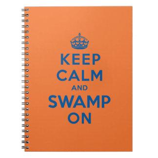 Guarde la calma y el pantano encendido libros de apuntes con espiral