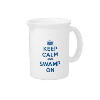 Guarde la calma y el pantano encendido jarras de beber