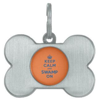 Guarde la calma y el pantano encendido placas mascota