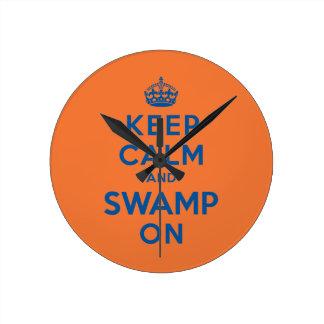 Guarde la calma y el pantano encendido reloj redondo mediano