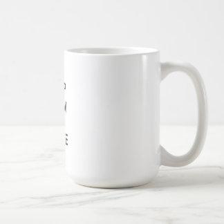 Guarde la calma y el patín de hielo encendido taza básica blanca