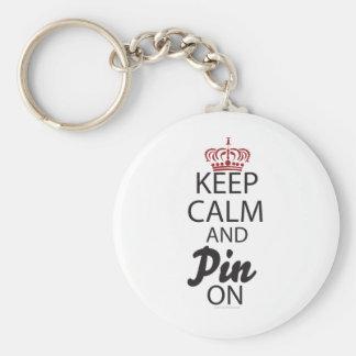 Guarde la calma y el Pin en…. Llavero Redondo Tipo Pin
