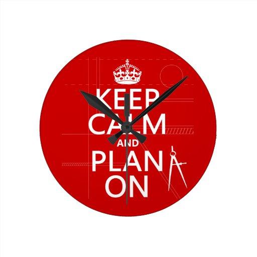 Guarde la calma y el plan en (en cualquier color) reloj redondo mediano