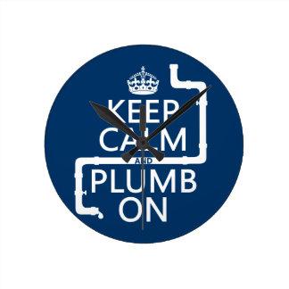 Guarde la calma y el plomo en (fontanero/la fontan reloj redondo mediano