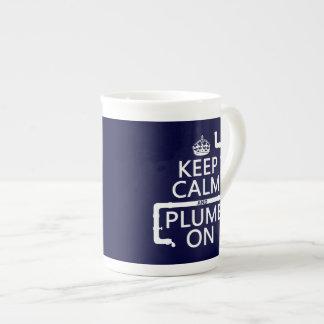 Guarde la calma y el plomo en (fontanero/la fontan taza de porcelana