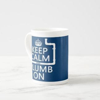 Guarde la calma y el plomo en (fontanero/la taza de porcelana