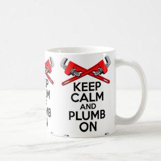 Guarde la calma y el plomo encendido taza
