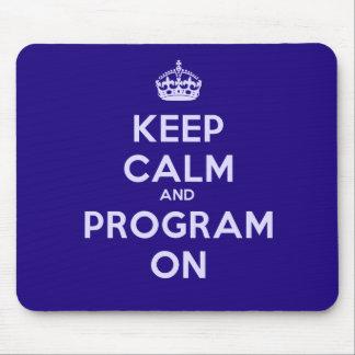 Guarde la calma y el programa sobre Mousepad