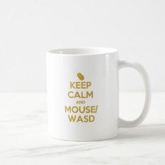 Guarde la calma y el ratón WASD Taza Clásica