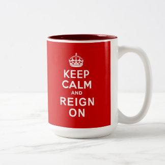 Guarde la calma y el reinado en los regalos del taza de dos tonos