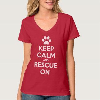 Guarde la calma y el rescate en la camisa animal