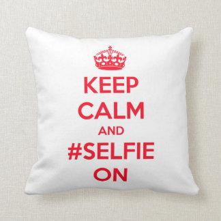 Guarde la calma y el #selfie encendido almohada