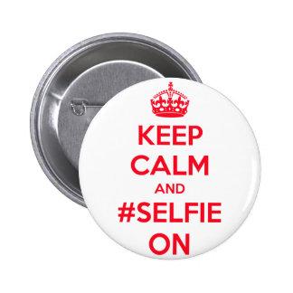 Guarde la calma y el #selfie encendido pin redondo 5 cm