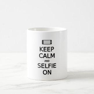 guarde la calma y el selfie encendido tazas