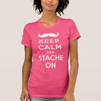 Guarde la calma y el stache encendido camiseta