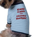Guarde la calma y el tejón de miel camisa de perro