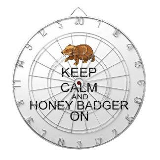 Guarde la calma y el tejón de miel encendido tabla dardos