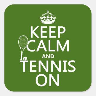 Guarde la calma y el tenis en cualquier color de calcomanía cuadradas
