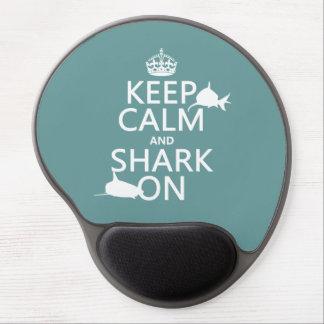 Guarde la calma y el tiburón en (los colores adapt alfombrillas de raton con gel
