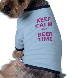 Guarde la calma y el tiempo de la cerveza camisetas de mascota