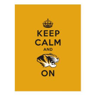 Guarde la calma y el tigre encendido postal