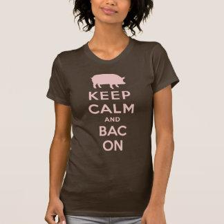 Guarde la calma y el tocino camiseta