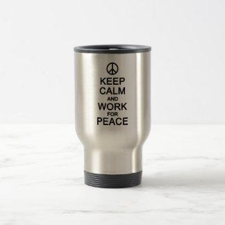 Guarde la calma y el trabajo para la taza de la