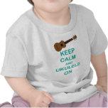 Guarde la calma y el Ukulele en la impresión única Camiseta
