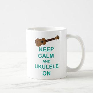 Guarde la calma y el Ukulele en la impresión única Taza