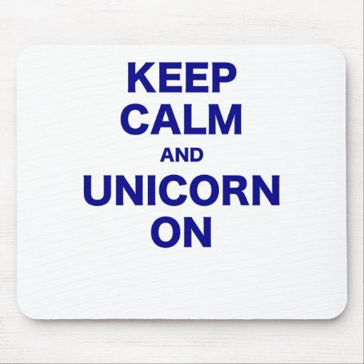 Guarde la calma y el unicornio encendido alfombrilla de raton
