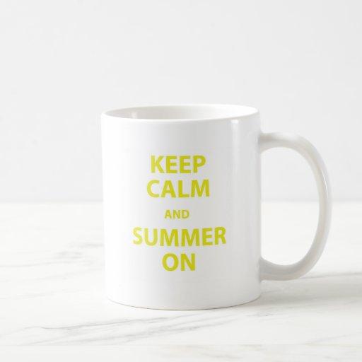 Guarde la calma y el verano taza