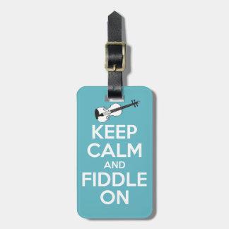 Guarde la calma y el violín en azul etiquetas maletas