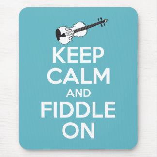 Guarde la calma y el violín en azul tapete de ratones