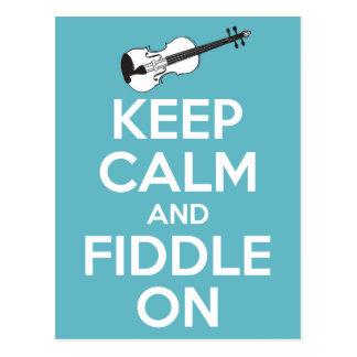 Guarde la calma y el violín en azul postal