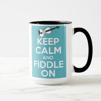 Guarde la calma y el violín en azul taza